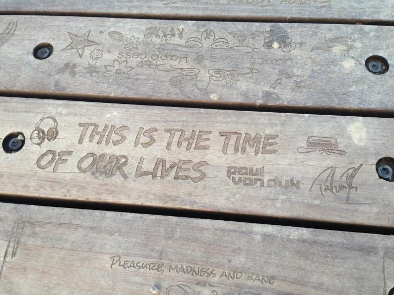 Tomorrowland回顧影片中的木橋,上面滿滿都是官網選出的投稿與百大DJ的題字。有朝一日朝聖時,別忘了低頭找找,看找不找得到你喜歡的DJ哦!