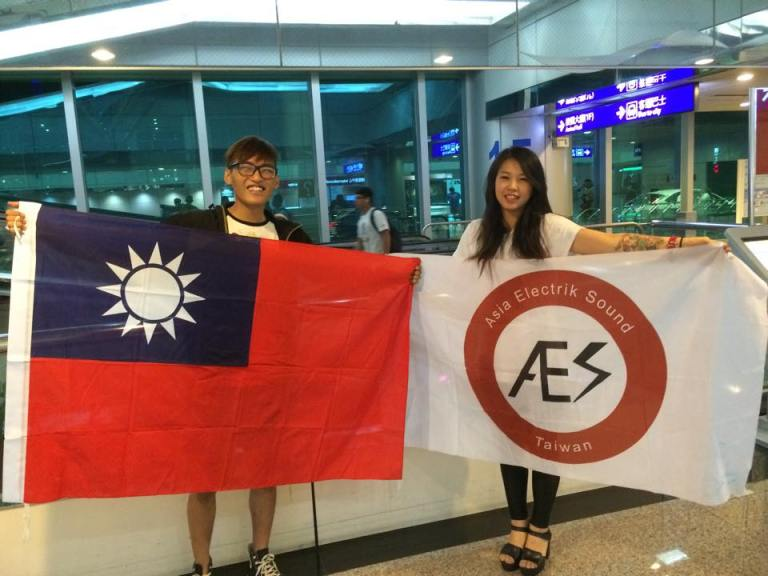 台灣人,看到我們的旗幟就一起享受音樂吧!