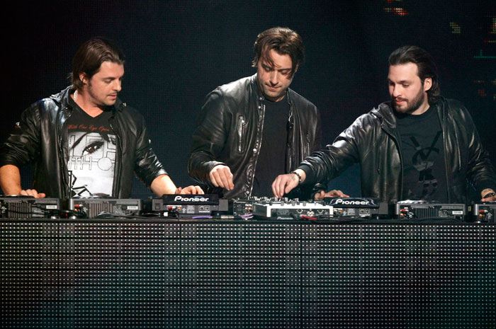swedish-house-mafia-perform-with-usher-on-dj-got-us-fallin-in-love-at-the-2010-american-music-awards-in-los-angeles-november-21-2010