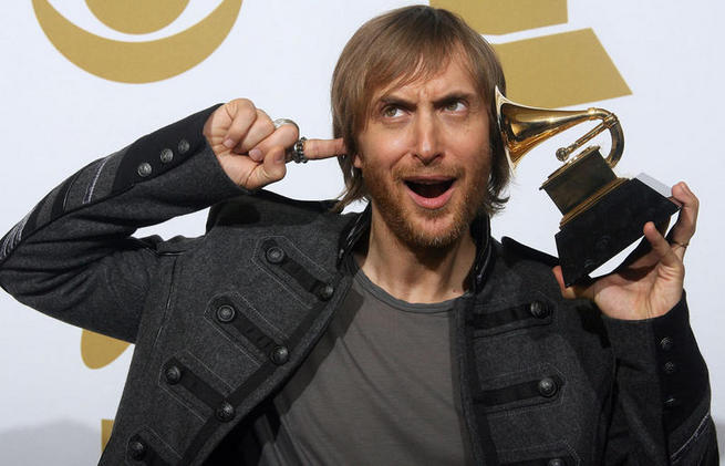 David Guetta poses with his award during