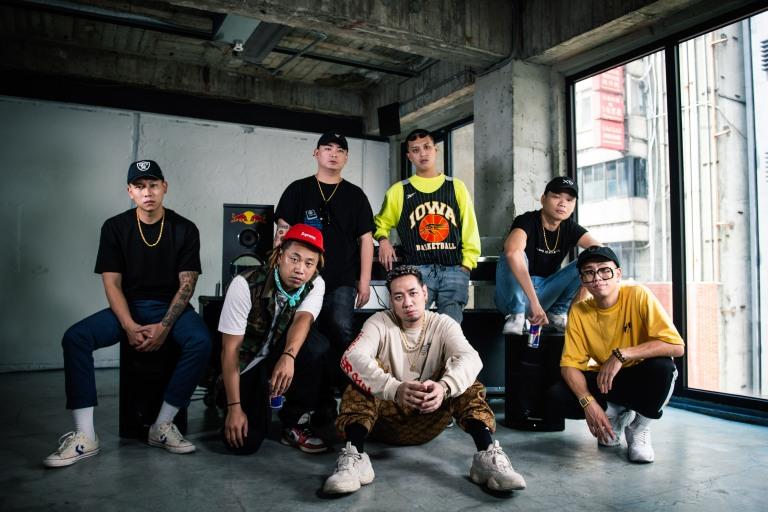 橋下Cypher影片首度釋出(後排左至右)頑童MJ116 E-SO、DJ Afro、小光L.C、絕情少年Barry(前排左至右)Tipsy、陳星翰Starr Chen、Trout Fresh呂士軒 (2).jpg